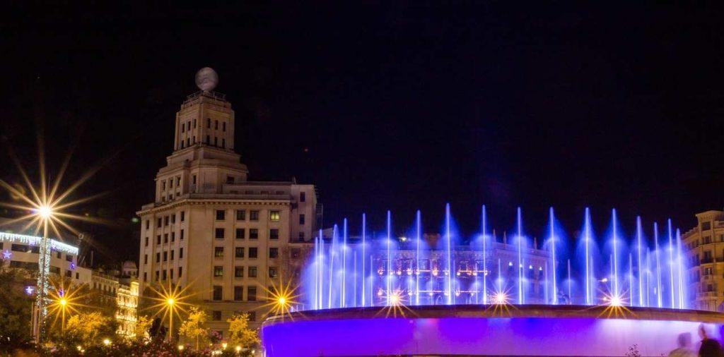 magiczne fontanny nocą Barcelona
